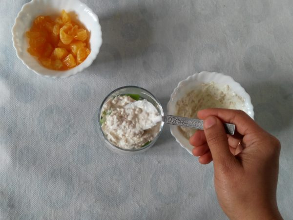 add and level the hung curd and oats mixture with back of spoon
