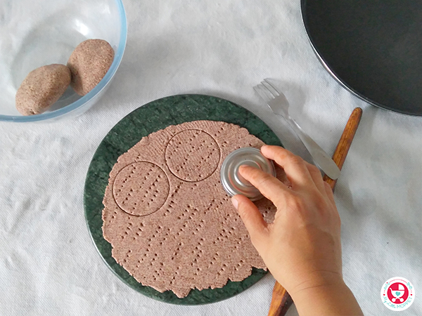 Baked Ragi Crackers with Sesame Seeds