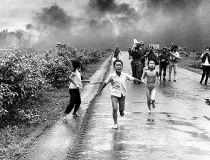 8 juni 1972 - Trang Bang - Een Zuid-Vietnamees vliegtuig heeft per ongeluk een napalm bom gedropt op een dorp 26 mijl buiten Saigon