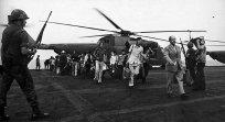 Vele Zuid-Vietnamese vluchtelingen kwamen soms met enkel een koffer aan op de USS Midway voor een nieuwe start in Amerika