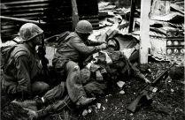 Amerikaanse mariniers verzorgen een gewonde kameraad. Hué, februari 1968.