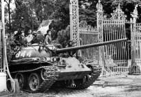 Noord-Vietnamese tanks rollen door de poorten van het presidentieel paleis in Saigon op 30 april 1975 wat meteen de val van Zuid-Vietnam betekent.