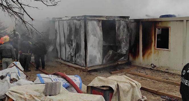 İşçilerin kaldığı 8 konteyner yanarak küle döndü