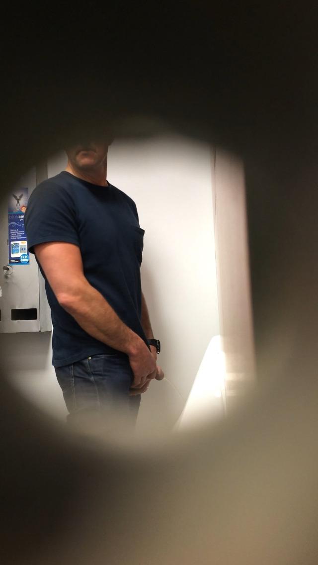 mplkrm_Guy pissing in urinals (1)