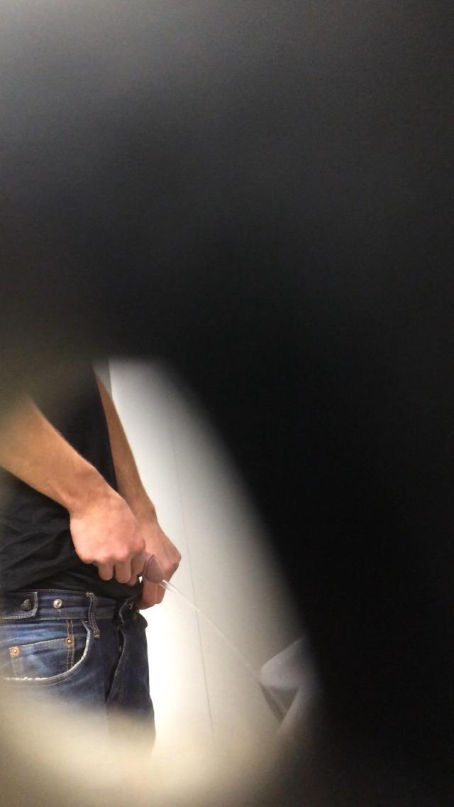 mplkrm_Guy pissing in urinals (4)