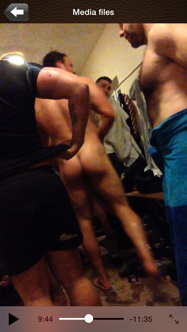 Rugby team naked after showers (4)