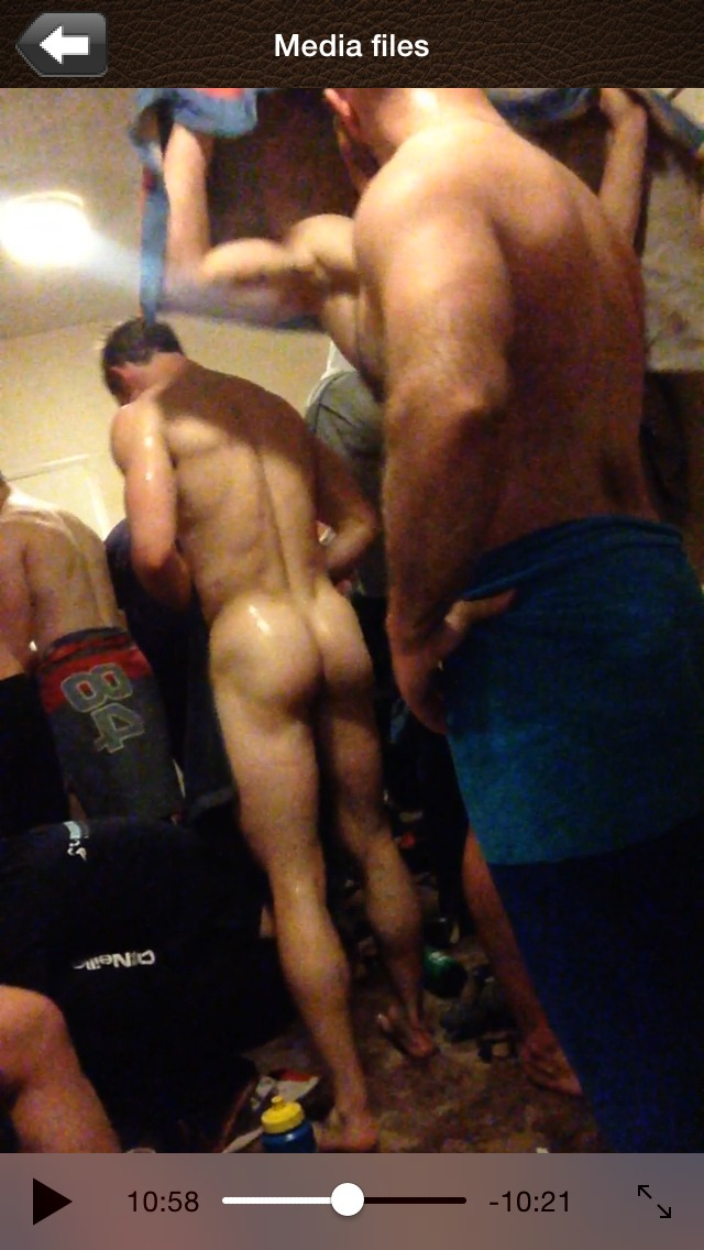Rugby team naked after showers (7)