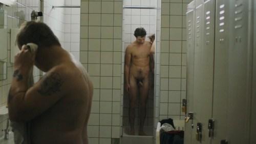 Jungs,-die-zusammen-duschen