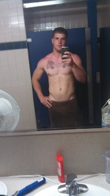 college-wrestler-nude-selfies-in-locker-room