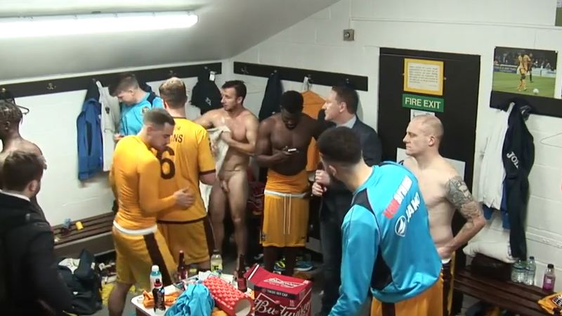 soccer-players-caught-naked-after-showers-in-live-tv-transmision futbolistas desnudos