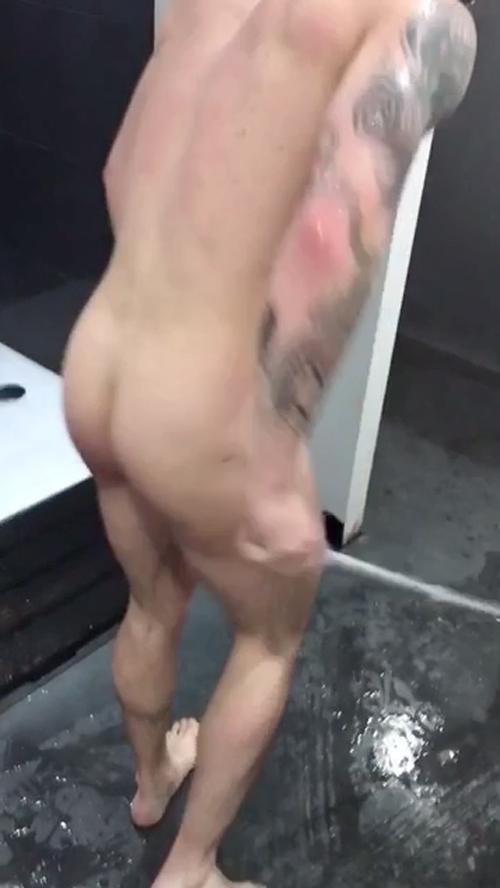 hot-guy-butt-naked-in-locker-room