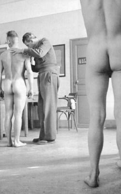 Soldaten-nackt-in-physischen-Revision-Vintage-Bilder