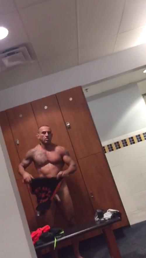 boxeador-desnudo-en-el-vestuario