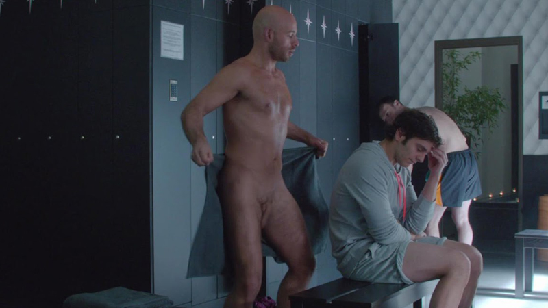 macho-desnudo-en-gimnasio