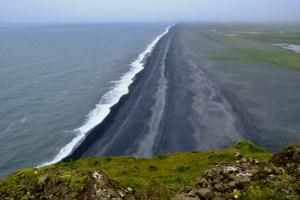 longue plage de sable noir