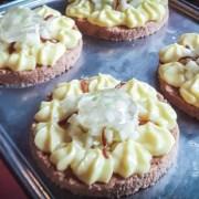 Tartelettes de sablés caramel, crémeux citron et gelée de basilic