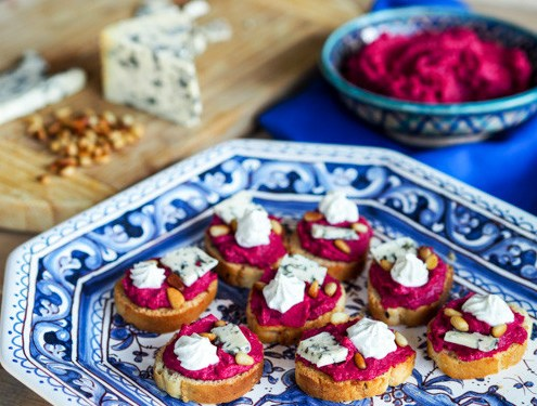 Tartines de houmous à la betterave et fromage bleu