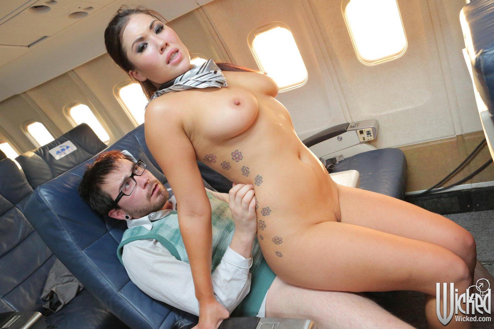 Naked guy en girl in sauna