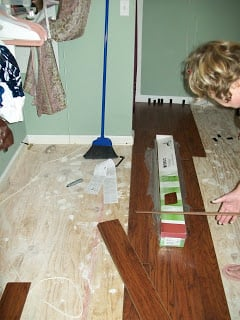 novice lays laminate floor