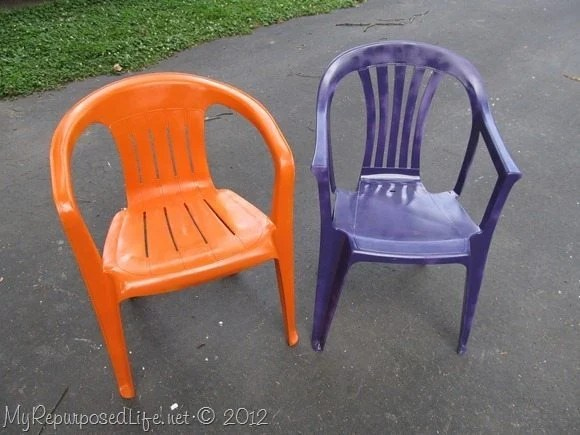 spray paint plastic chairs MyRepurposedLife.com