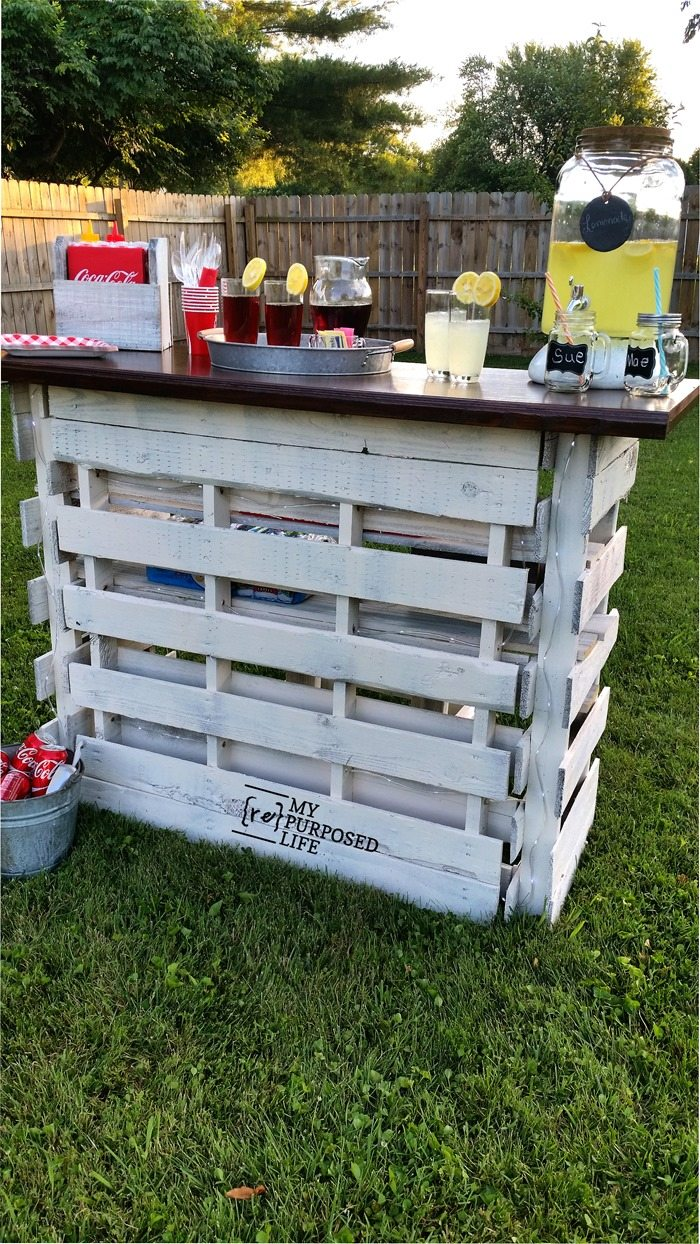 diy pallet bar that folds up for easy storage and transporting. great for weddings and tailgating MyRepurposedLife.com