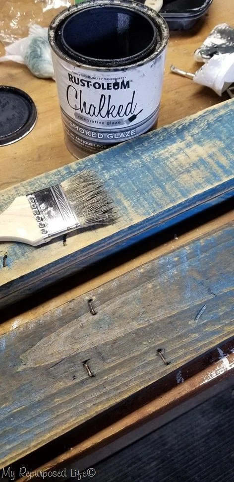 she put a glaze over the painted (sanded) pallet boards and the result is beautiful