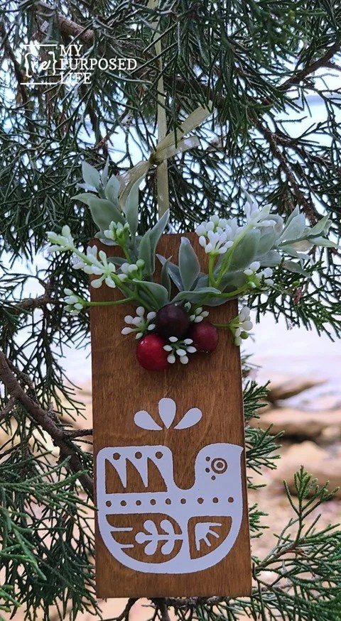How to make scrap wood Christmas ornaments to give as gifts. Tips on where to find the wood, how to stain. Ways to stencil and hang them. #MyRepurposedLife #scrapwood #Christmas #ornaments #chalkcouture #easy #diy #project via @repurposedlife
