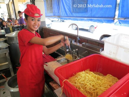 staff making 生肉面