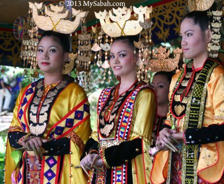 traditional costumes of Bajau girls
