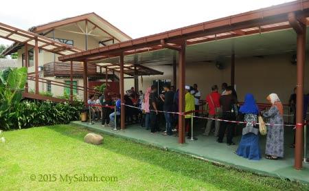 long queue to 3D Wonders Museum