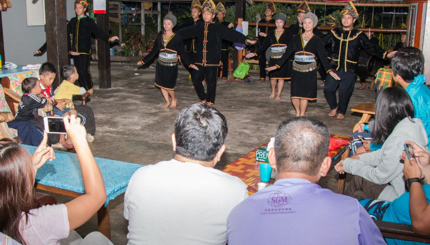 cultural performance of Sunsuron Homestay