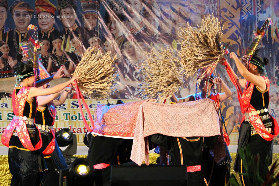 Sumazau dance to heal a group of people sitting under blankets who suffer from bad dreams and illnesses