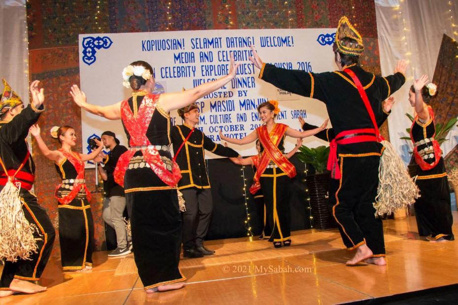 Sumazau dance with bride and groom in wedding