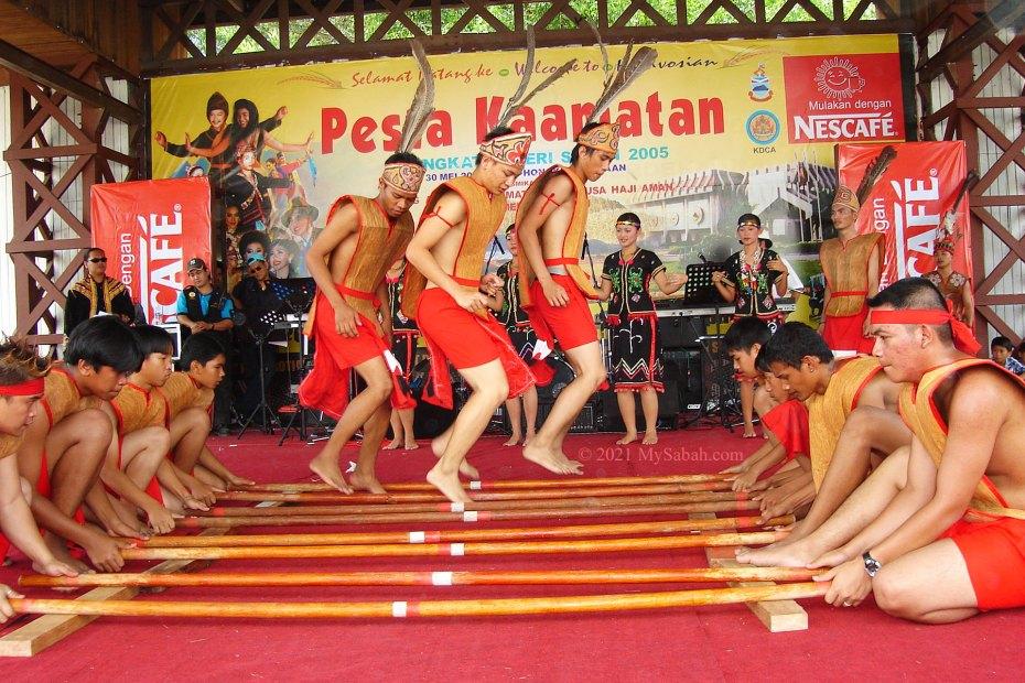 Magunatip dance in Kaamatan