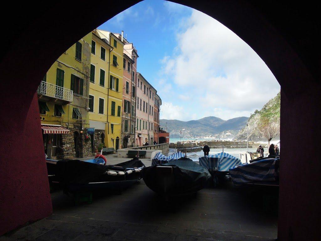 Barche su Piazza Marconi a Vernazza