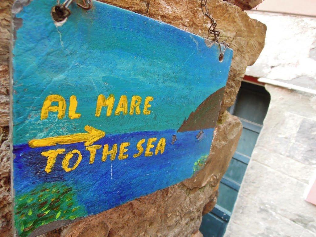 Gli scalini di accesso al mare a Corniglia