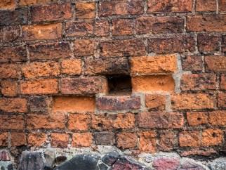 Ubytki w murze Baszty Prochowej
