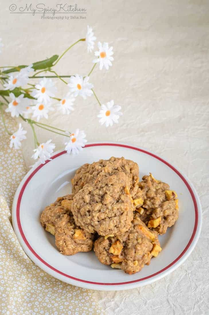 Apple oatmeal cookies spiced with cinnamon nutmeg are autumn cookies, apple oatmeal cookies, apple cookies, Autumn cookies, Fall Recipes, Apple Recipes
