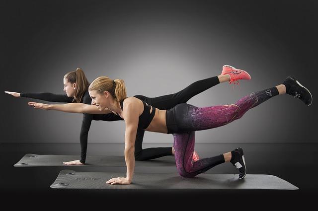 Diese 4 Übungen kräftigen Deine Körpermitte