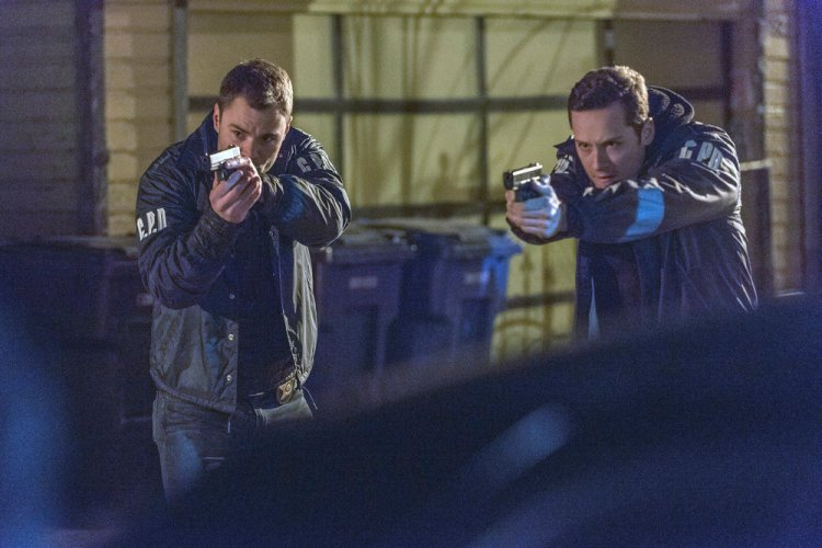 "CHICAGO P.D. -- ""Kasual with A K"" Episode 318 -- Pictured: (l-r) Patrick John Flueger as Adam Ruzek, Jesse Lee Soffer as Jay Halstead -- (Photo by: Matt Dinerstein/NBC)"