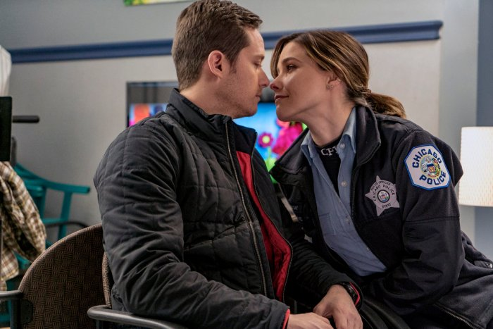"CHICAGO P.D. -- ""She's Got Us"" Episode 322 -- Pictured: (l-r) Jesse Lee Soffer as Detective Jay Halstead, Sophia Bush as Detective Erin Lindsay -- (Photo by: Matt Dinerstein/NBC)"