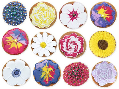 16 biscuits decorated with flower designs