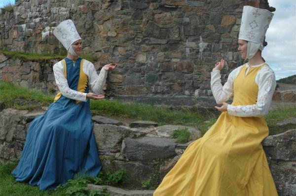 Damdräkt 1200-tal, Spanien. Särk, mellanklänning, surcote, huvudbonad.
