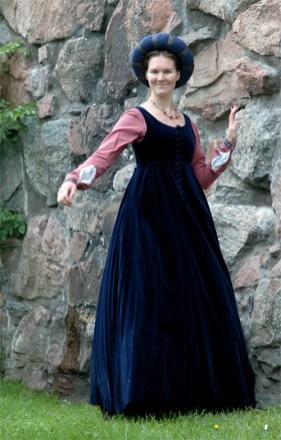 Damdräkt. 1400-tal. Italien. Särk, mellanklänning, överklänning, huvudbonad.