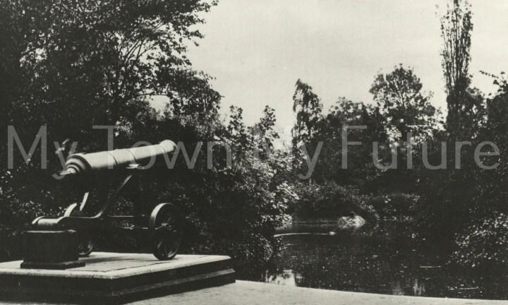 Albert Park - Russian Cannon (Sebastopol) and Small Lake - Postcard - Paul Stephenson