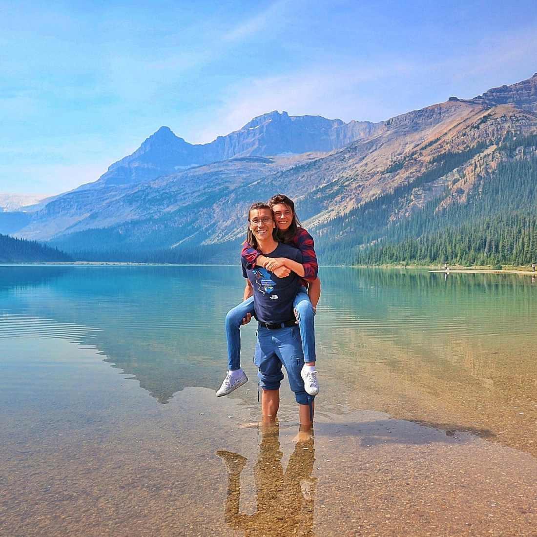 Giulia Lamarca in spalle ad Andrea in un lago in Canada