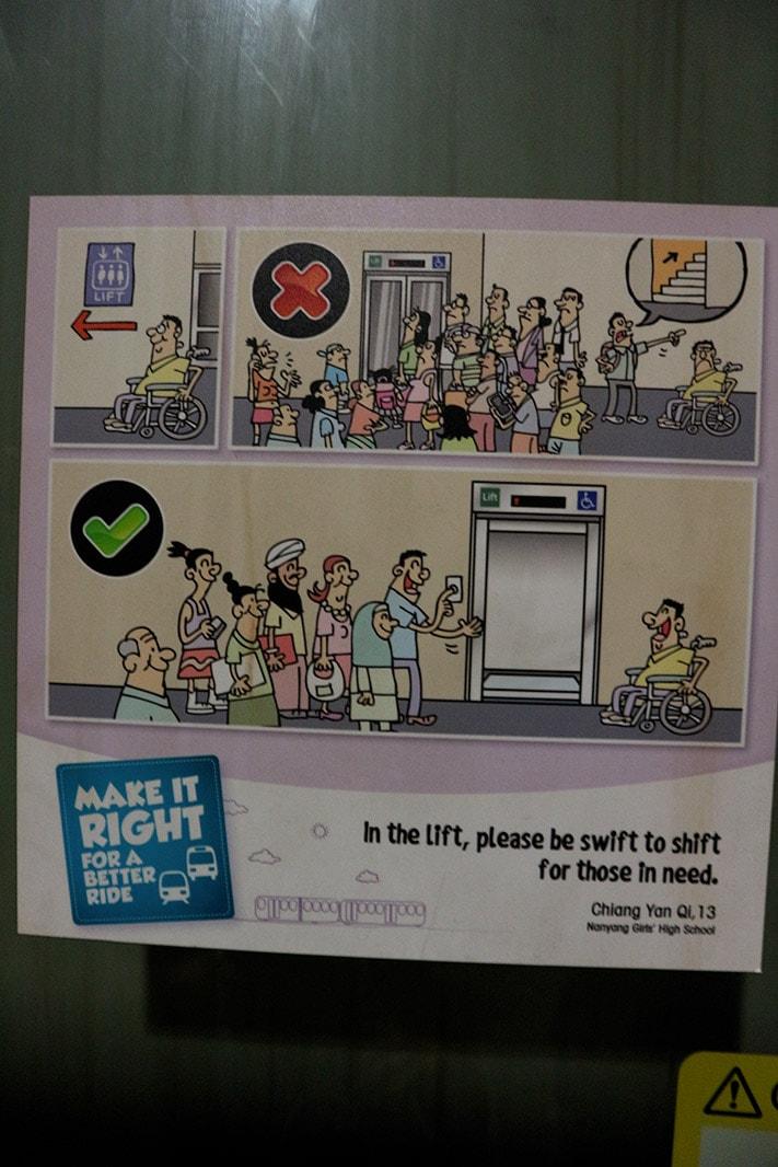vignetta che mostra il comportamento da tenere per l'uso degli ascensori a Singapore