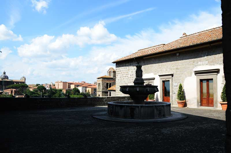 """Esempio di fontana """"a fuso"""" tipica di Viterbo"""