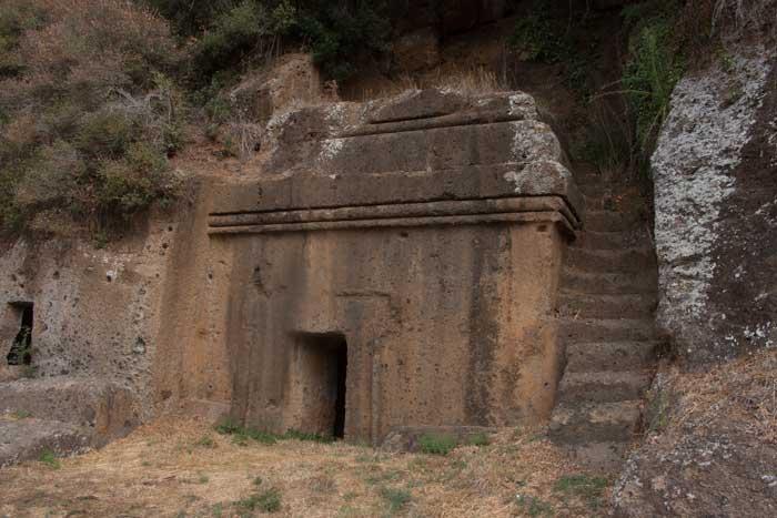 Esempio di tomba etrusca a dado