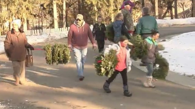 Volunteers_clean_up_wreaths_at_Bath_Nati_0_20180127045907